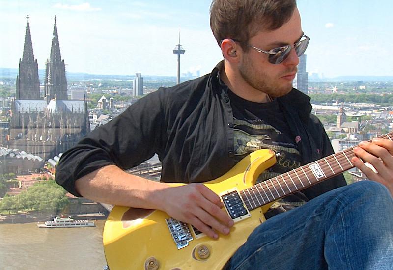 Mit der FAME Gitarre unterwegs am Rhein