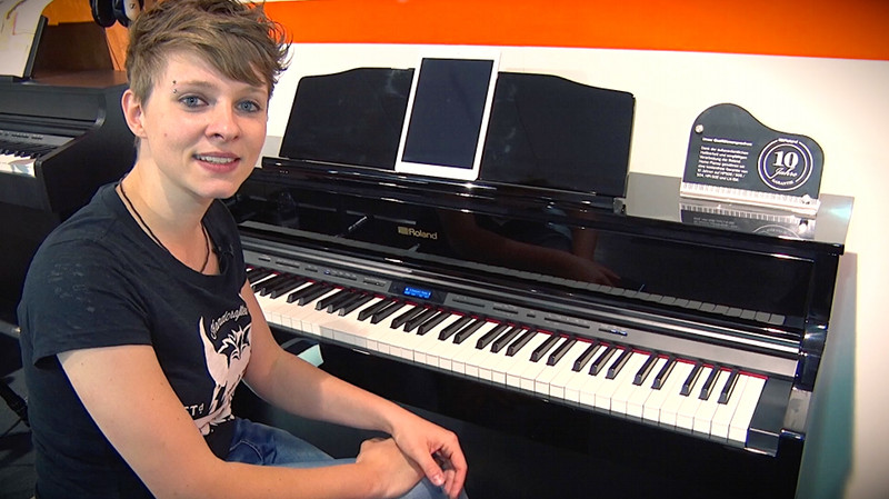 ROLAND HP605 Digital Piano im Profi-Test mit Ela Querfeld